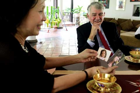 Former U.S. presidential candidate visits late PM Vo Van Kiet's family
