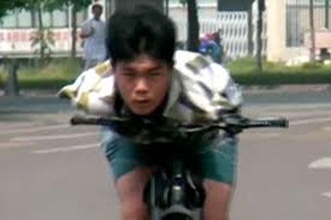 Xem thanh niên không tay, lái xe bằng cằm