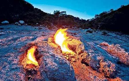 những ngọn lửa tự cháy hơn 2.500 năm