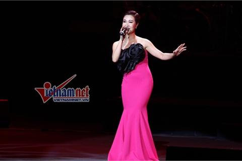 Uyên Linh xinh đẹp hát nhạc sến