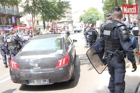 Khách đi Uber được cảnh sát Paris bảo vệ như chính khách
