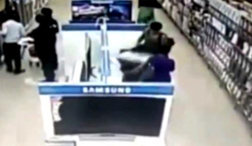 Người đàn bà bị ghi hình giấu TV dưới váy