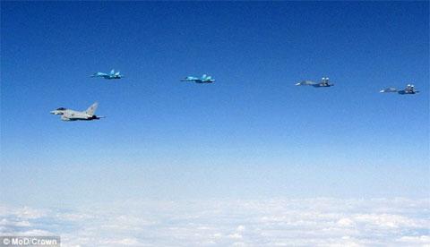Xem máy bay Anh xuất kích chặn 10 phi cơ Nga