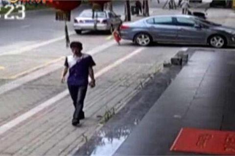 Bị xe đụng trúng, bé hai tuổi cố gắng đứng dậy