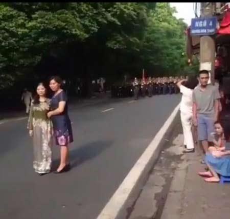 2 người phụ nữ chặn đường đoàn diễu binh... để chụp ảnh