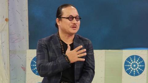 Nghệ sĩ Trần Mạnh Tuấn biểu diễn trong Bữa trưa vui vẻ