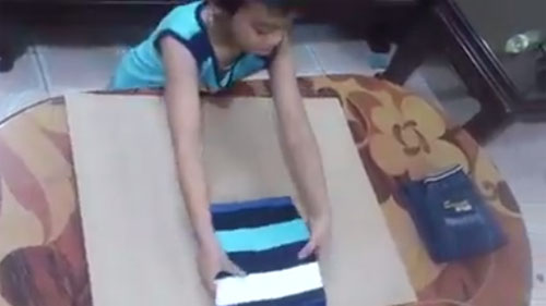 Clip dạy con gấp quần áo siêu hay của mẹ Việt