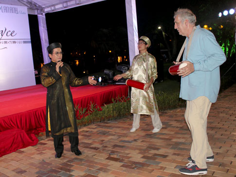 "Director Phillip Noyce welcomed to HCM City Hong Kong movie star meets with Vietnamese audience First Int'l Film Festival opens in Hanoi The party took place at Lan Anh Village. The party host – Thanh Bach – sang a Vietnamese folk song named ""Trong com"" (Vietnamese cylindrical drum) and invited Noyce to dance with him. Noyce plays the drum with interest. Noyce and his wife, a former South African model. He joins a short interview with a local television channel before the party. Vietnamese actress Do Hai Yen, who played a role in Noyce's ""The Quiet American"", and Noyce's wife – Vuyo Diasi. Yen presents Noyce a DVD of ""Lonely"", in which Yen played the leading role. Yen and Thanh Back talk with Noyce on the stage. Noyce signs a photo for Lan Anh Media, the co-organiser of the training course in HCM City. Thanh Bach helps Noyce to print his hand on a clay board. The party was participated by some Vietnamese actors and models. Supermodel Phuong Mai. Supermodel Phuong Mai and movie director Quang Hai. Actress Diem My and her husband."