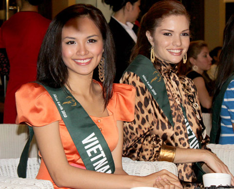 Miss Earth contestants play Vietnamese musical instruments
