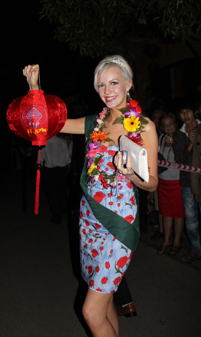 Hoi An people welcome Miss Earth beauties to night festival