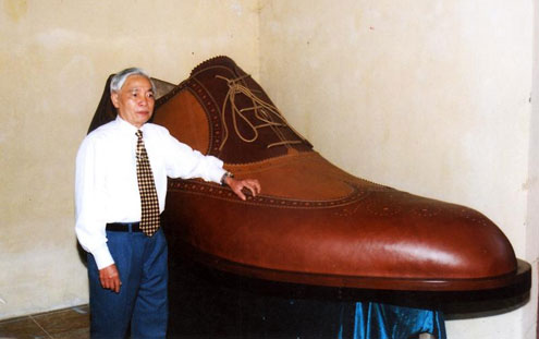 The biggest men's shoe, 70 kg in weight, 1.3 m high, was made by