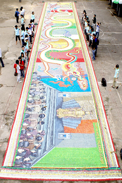 The longest dragon painting is made from bottle lids by students