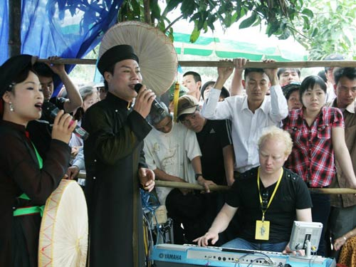 Chợ Viềng: Commercialization Threatens Traditional Festivals