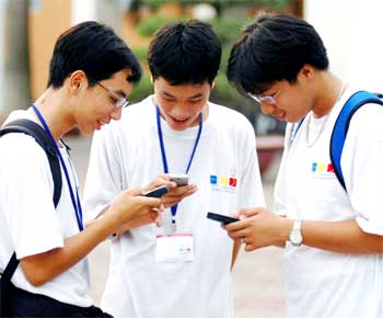Foreigners injecting money in mobile phone factories in Vietnam