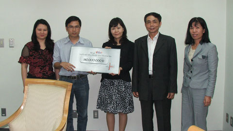VietNamNet hands over donation to Japanese Embassy