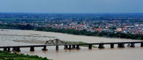 The beauty of Hanoi's oldest bridge
