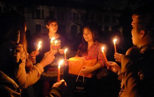 Earth Hour 2012 attracts youth, helps Vietnam save 546,000 kWh