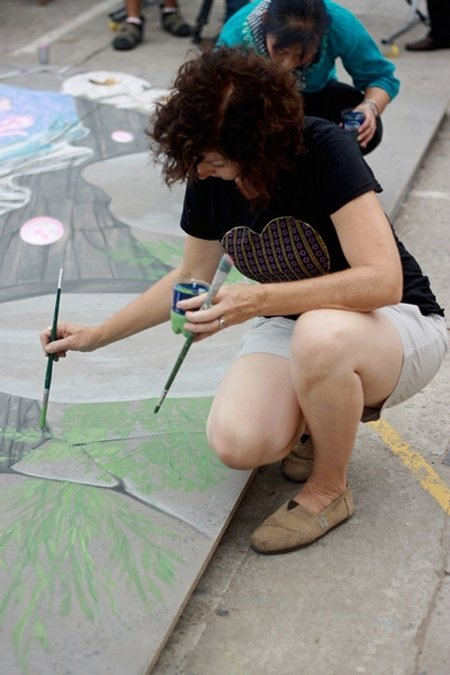 American artist exhibits 3D street painting in Vietnam