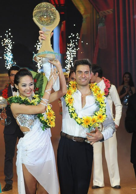 Pop singer wins Dancing with the Star 2012