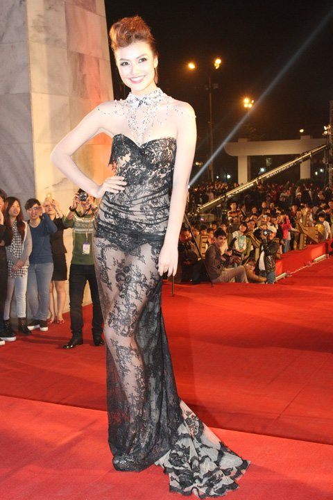 20121127151913 3 Model Hồng Quế Causes Scandal With Provocative Dress