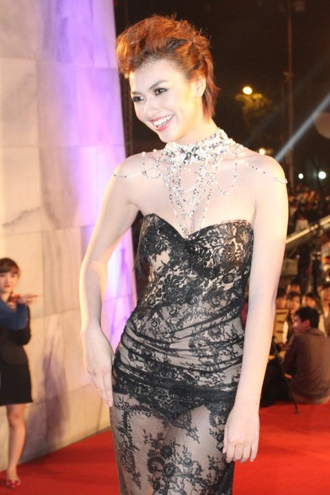 20121127152049 4 Model Hồng Quế Causes Scandal With Provocative Dress