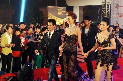 20121127152134 7 Model Hồng Quế Causes Scandal With Provocative Dress