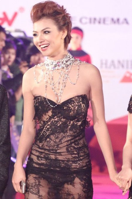 20121127152517 1 Model Hồng Quế Causes Scandal With Provocative Dress