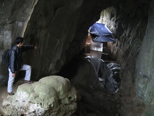 Vietnam, Con Moong cave, excavation