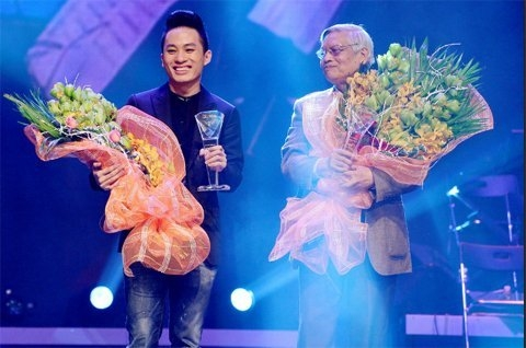 Singer Tung Duong (left) and songwriter Doan Nho receive the awards.