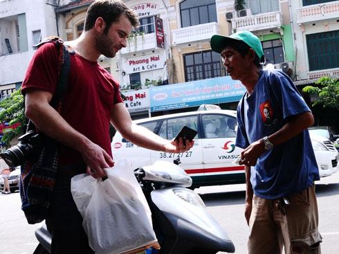 Vietnam, Saigon, tourits, visitors, street vendors