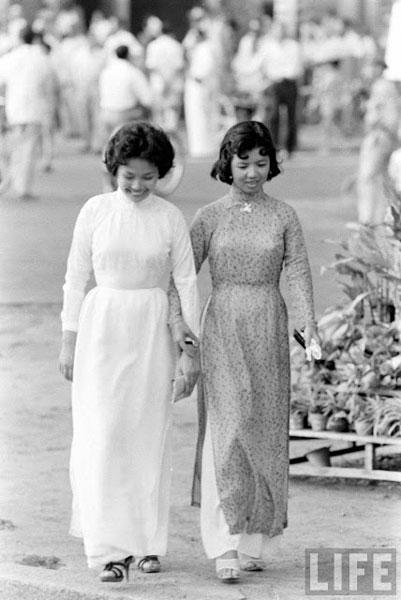 Ao dai on the streets of Saigon half a century ago