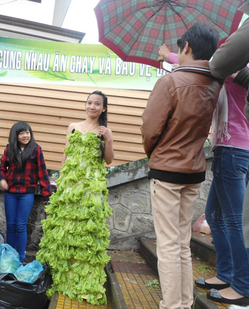 20130227112110 3 Phạm Triều Chính Promotes Vietnamese Products with Dresses In Coconut Leaves