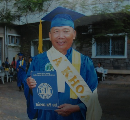 20130304133228 1 Mr. Nguyen Van Bieu, 67 and Mr. Le Van Xe, 69, Obtained Bachelor Degree In Engineering