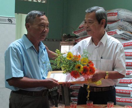 20130304133546 1 Mr. Nguyen Van Bieu, 67 and Mr. Le Van Xe, 69, Obtained Bachelor Degree In Engineering