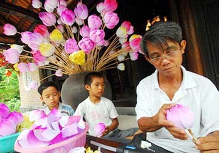 Craft business booming in hue news vietnamnet hue thanh tien handicraft village paper flowers mightylinksfo