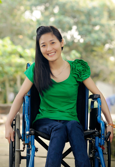 Tran Thi Hanh, 25 years old, a native of Ha Nam. At the age 17, Hanh caught myeloma disease and was paralyzed. Since then her best friend is a wheelchair. She is now an employee at a beauty salon.