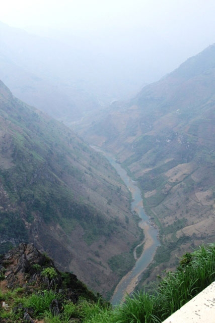 The Nho Que River at the foot of Ma Pi Leng Pass - one of the four most famous passes in Vietnam, besides Pha Din Pass in the province of Lai Chau, O Quy Ho Pass in Lao Cai and Khau Pha Pass in Yen Bai. Kien Thuc