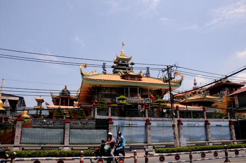 Vietnam's biggest temple made of ceramic pieces