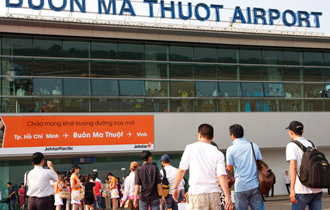 Vietnam considers hiring foreigners to manage airports