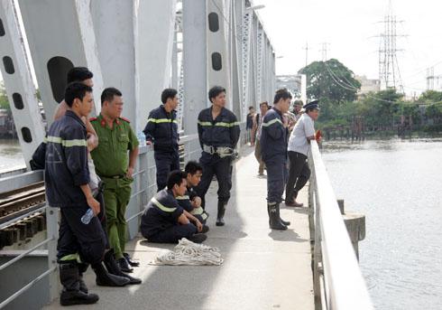Train pushes man down into Saigon River