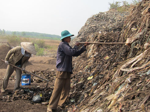 Four generations live at garbage dump