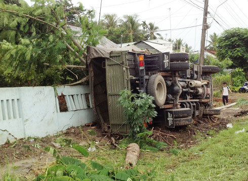 The accident occurred at noon on June 15 on National Highway 1A in Hiep Loi town of Hau Giang province. The car carried more than 20 soldiers of the 330 Infantry Division stationed at Chi Lang town, Tinh Bien district of An Giang province.