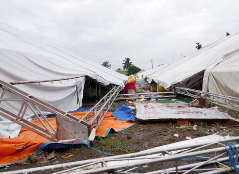 The tornado occurred at 2pm on June 16 in Hung Dinh commune, Thuan An town of Binh Duong province. The biggest canvas and many other booths in the fair collapsed, destroying lots of fine-art rock and wood itesm.