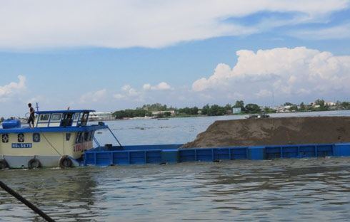 A sand barge on the Cai San River. The incident was reported at noon on June 18 in Vinh Trinh commune of Vinh Thanh district.