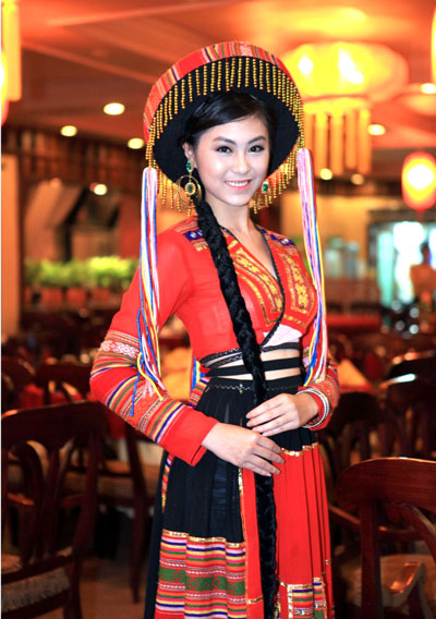 Han Thi Diep is charming in the costume of the Tay ethnic, with brilliant motifs. At the pageant, the 19-year-old Tay girl from Thai Nguyen Province performed a Then song of Tay people by her sweet and clear voice.