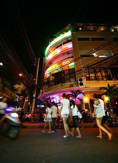At night, foreign tourists and backpackers like wandering the street and drink beer.