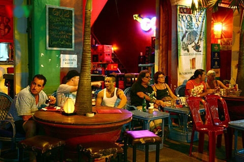 Sitting on the sidewalk to drink beer, looking to the street is the delight of many visitors.  Photo: A cafe on De Tham Street. Actually, it is not only a cafe but also a pub, a restaurant or a bar although it does not have a dance floor.