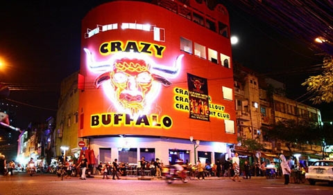 This is Crazy Buffalo Bar, also located at the corner of De Tham - Bui Vien Street, with a superficially impressive and overwhelming outlook.