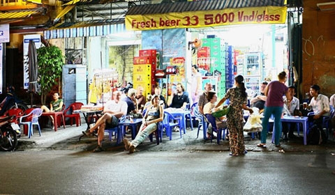 Many visitors do not sit in restaurants or bars but on the sidewalk restaurants, with very cheap price like this.