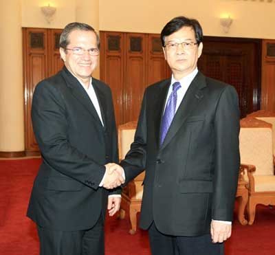 PM Nguyen Tan Dung receives Ecuador's Minister of Foreign Affairs, Trade and Integration Ricardo Patino Aroca in Ha Noi.